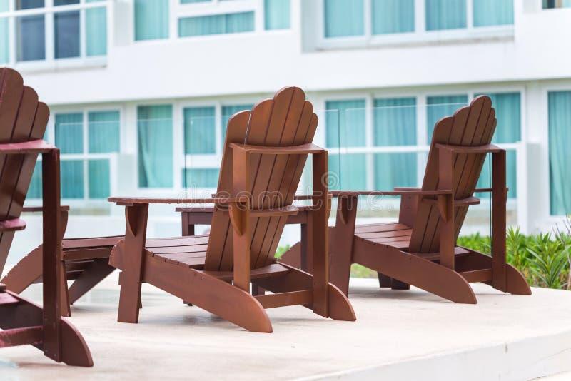 Houten zonstoel bij toevlucht dichtbij hotel royalty-vrije stock fotografie