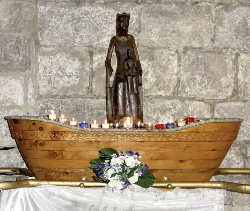 Houten Zwart Madonna-exemplaar binnen van de Basiliek van st-Saveur in Rocamadour stock fotografie