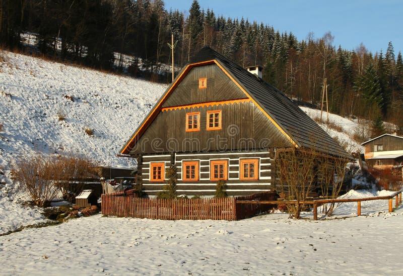 Houtplattelandshuisje in de winter royalty-vrije stock foto's