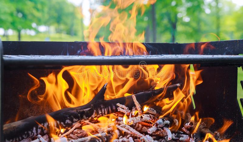 Houtskool het Branden in BBQ of op de Kaderachtergrond stock foto