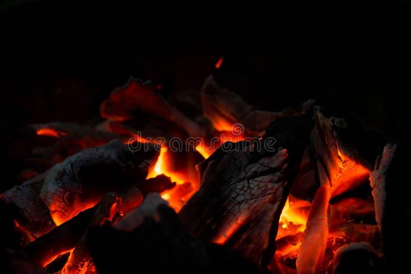 Houtskoolbrandwond in brand stock fotografie