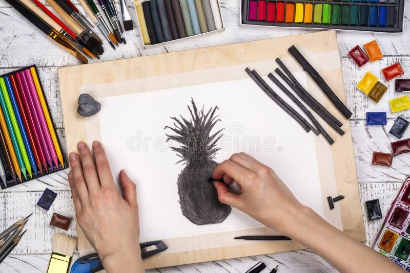 Houtskoolschets van een ananas stock afbeeldingen