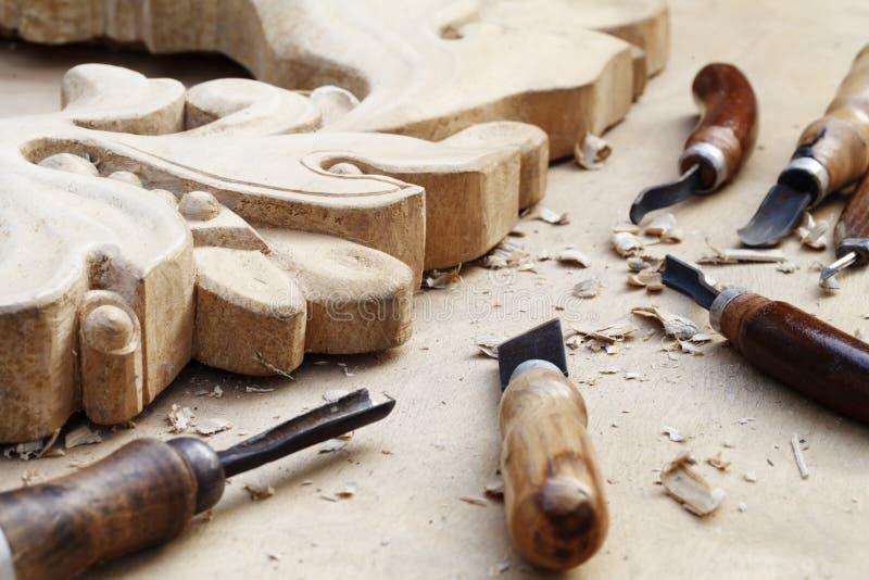 Houtsnijwerken, hulpmiddelen en processen het werkclose-up stock afbeeldingen