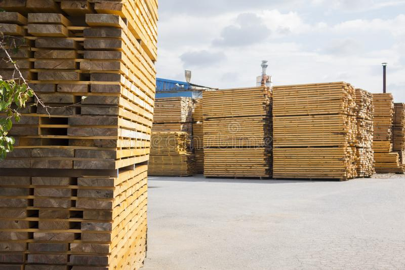 houtverwerking Het schrijnwerkerijwerk De muren zijn verfraaid met bamboe Houten houtbouwmateriaal voor achtergrond stock foto
