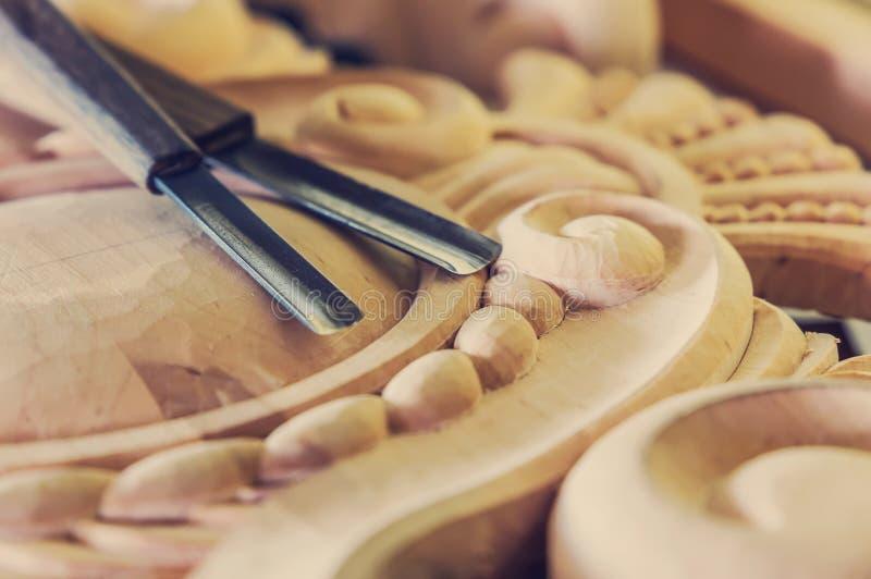 houtverwerking Het schrijnwerkerijwerk Houtsnijwerk omhoog sluiten de houtsnijwerken, hulpmiddelen op de houten achtergrond Retro royalty-vrije stock afbeelding
