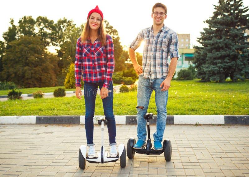 Hoverboard novo da equitação dos pares - 'trotinette' bonde, ec pessoal foto de stock royalty free