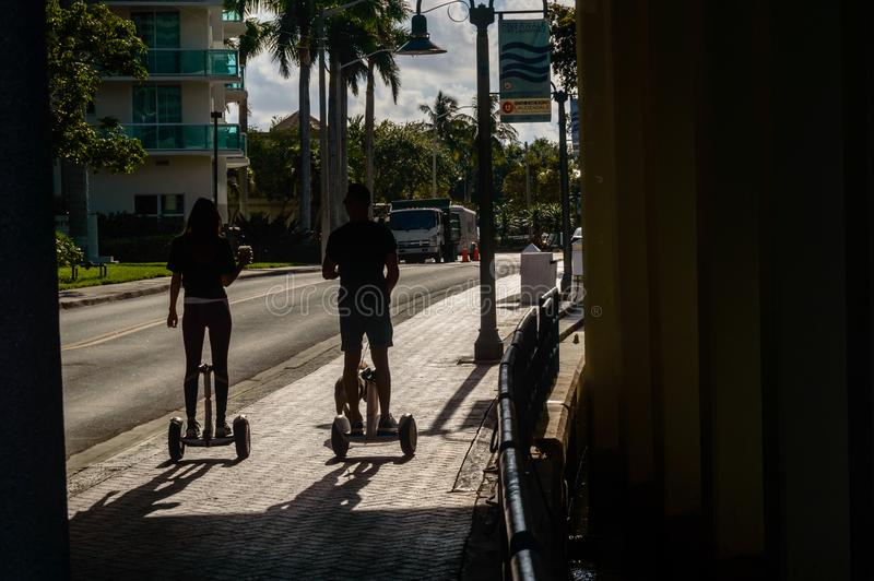 Hoverboards im Park lizenzfreie stockfotos
