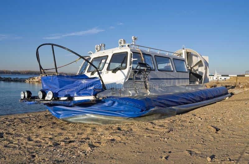Hovercraft che arriva sul puntello fotografie stock libere da diritti