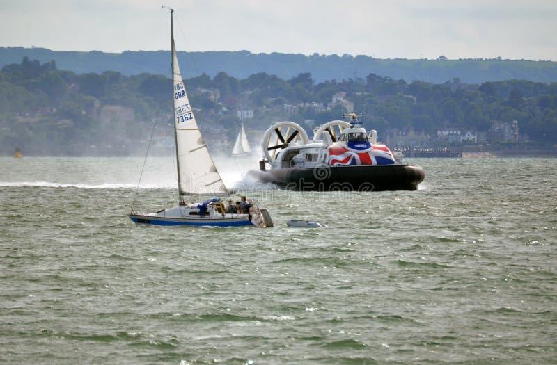 Hovercraft che passa yacht, aletta di filatoio dell'isola, Southsea, Gosport a Ryde fotografia stock libera da diritti