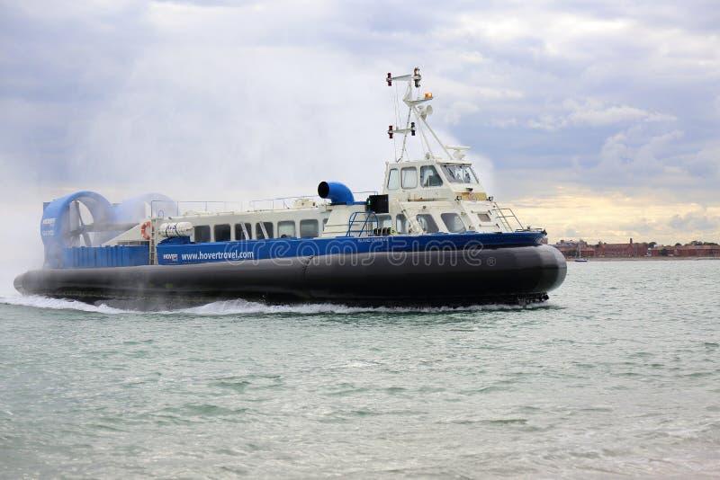 Hovercraft die naar Portsmouth terugkeren royalty-vrije stock foto