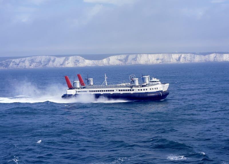 Hovercraft fuori da Dover. L'Inghilterra fotografia stock