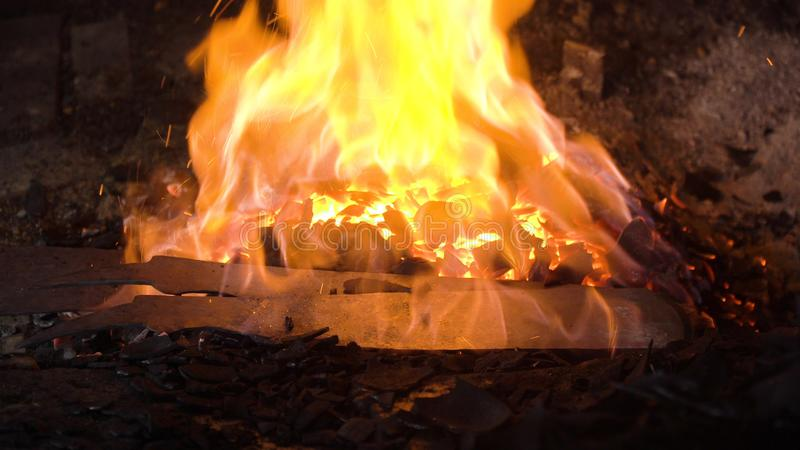Hovslagarepanna med bränningkol arkivfoto