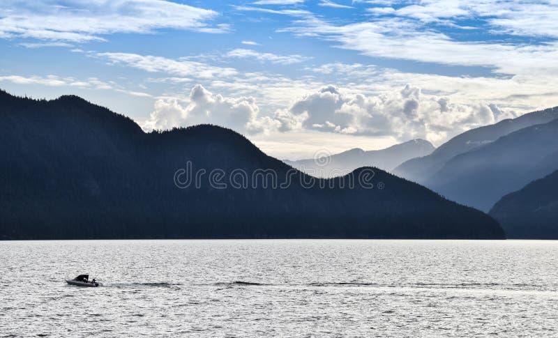 Howe Brzmi, Vancouver, łódź rybacka, Skaliste góry fotografia royalty free