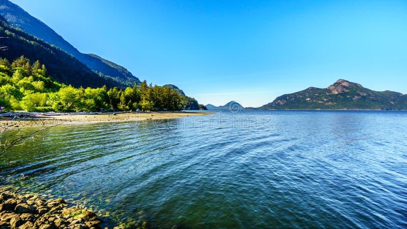 Howe Sound水和沿高速公路99的周围的山在温哥华和Squamish,不列颠哥伦比亚省之间 免版税库存照片