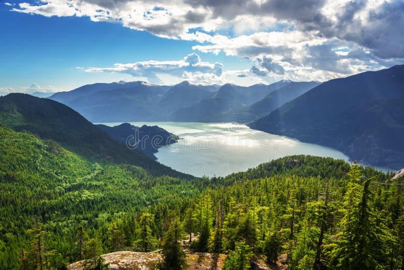 Howe Sound uppifrån av ett berg royaltyfri foto
