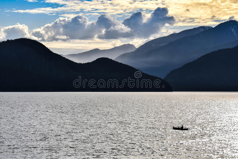 Howe Sound, Vancouver, da pesca uomo, Rocky Mountains fotografia stock libera da diritti