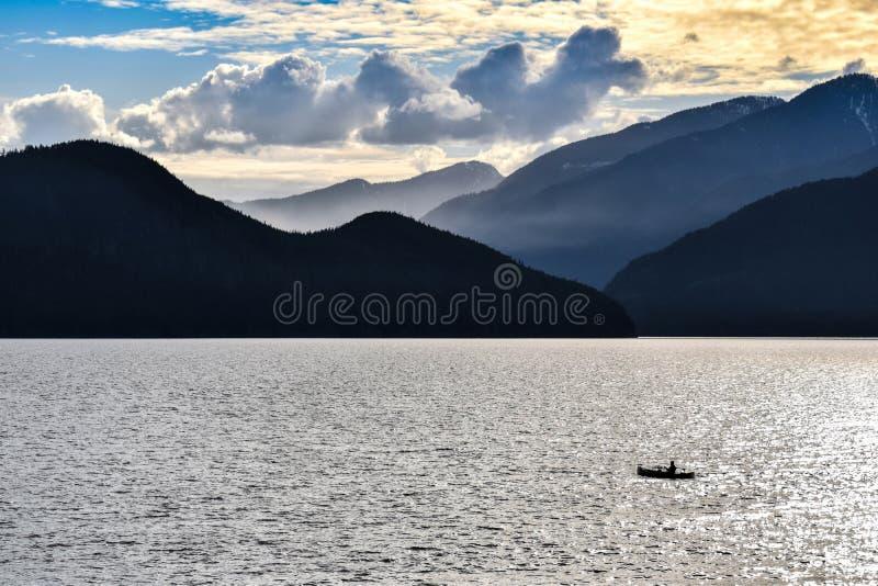 Howe Sound, Vancouver, Mann fischend, Rocky Mountains lizenzfreies stockfoto