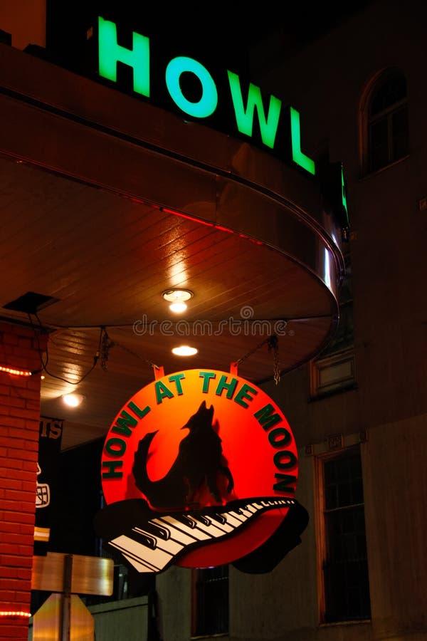 Howl da rua de Nova Orleães Bourbon na barra da lua imagens de stock royalty free