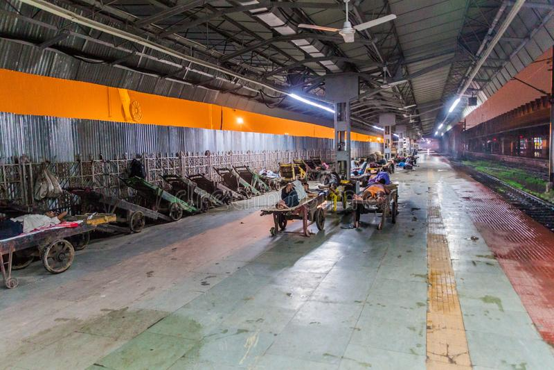 HOWRAH, ИНДИЯ - 27-ОЕ ОКТЯБРЯ 2016: Взгляд раннего утра железнодорожного вокзала соединения Howrah в Indi стоковое изображение rf