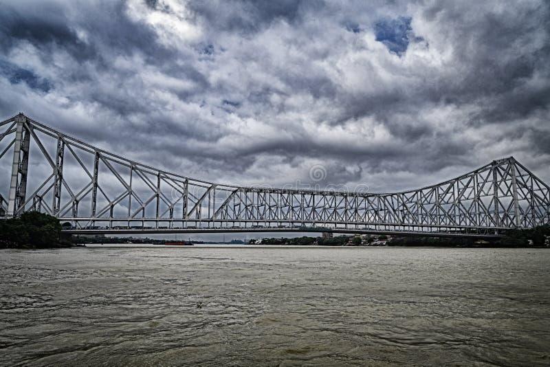 Howrah-Brücke alias Rabindra Setu mit Sturmwolke stockbild