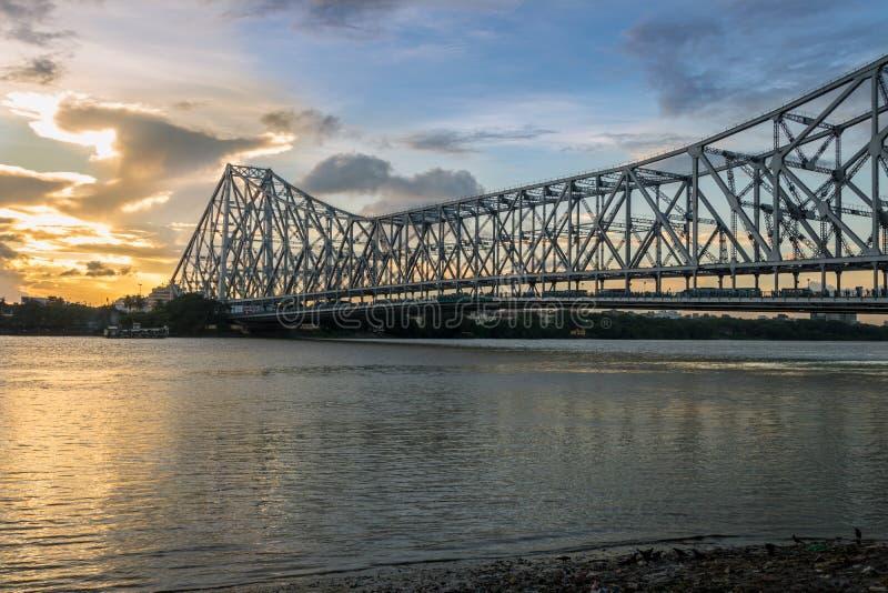 Howrah-Brücke auf dem Fluss der Ganges u. x28; alias der Fluss Hooghly& x29; bei Sonnenuntergang Foto gemacht von Mallick-ghat lizenzfreies stockfoto