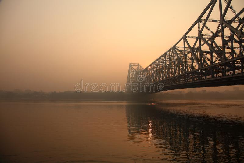 Howrah-Brücke an einem nebeligen Morgen stockfotos