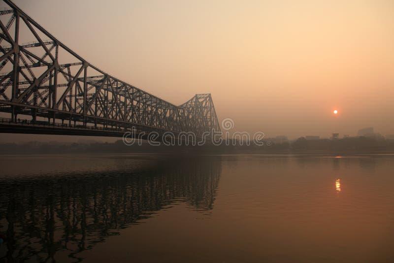 Howrah-Brücke an einem nebeligen Morgen stockbild