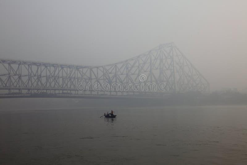 Howrah-Brücke an einem nebeligen Morgen lizenzfreie stockfotos