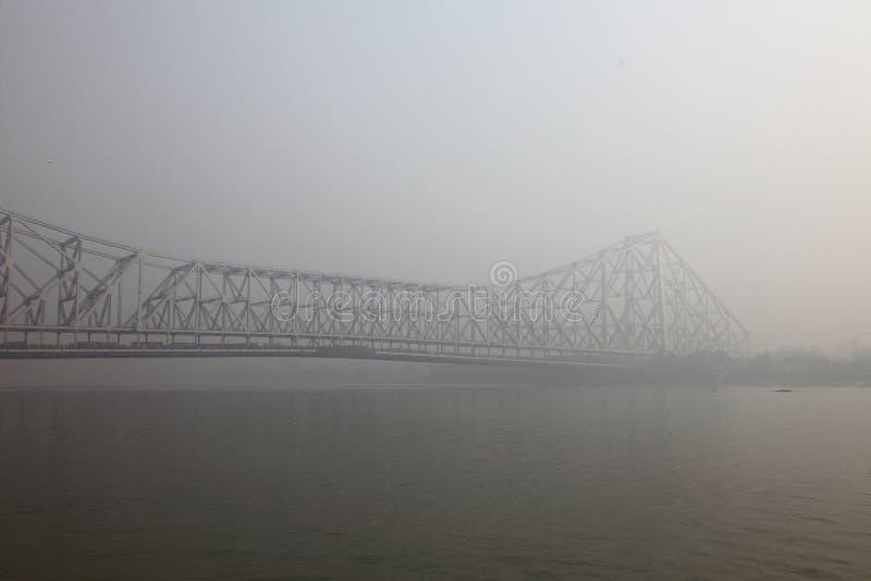 Howrah-Brücke an einem nebeligen Morgen stockfotografie