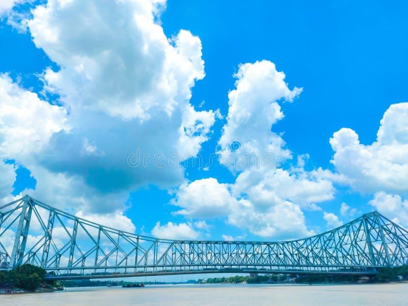 Howrah-Brücke an einem schönen sonnigen Tag stockfotos