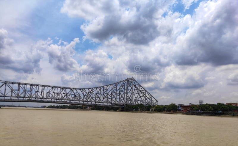 Howrah-Brücke oder Rabindra Setu wird auf dem Hoogly-Fluss aufgestellt stockfoto