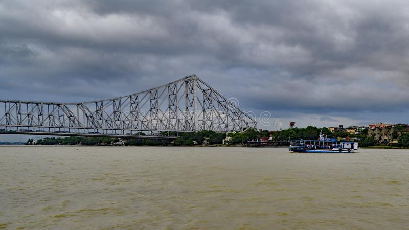 Howrah-Brücke und Kolkata-Skyline lizenzfreie stockfotografie
