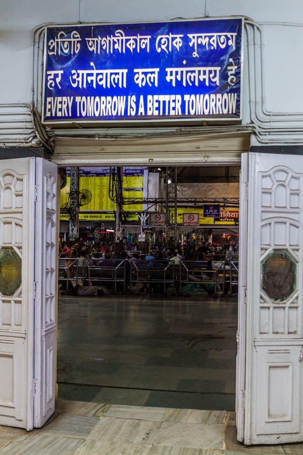 HOWRAH, LA INDIA - 27 DE OCTUBRE DE 2016: Puerta del ferrocarril del empalme de Howrah en Indi fotos de archivo libres de regalías