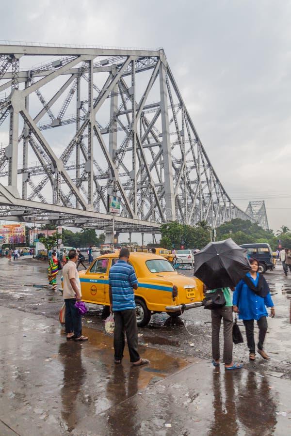 HOWRAH, LA INDIA - 27 DE OCTUBRE DE 2016: Vista del puente de Howrah, puente suspendido del palmo sobre el río de Hooghly en Beng fotografía de archivo libre de regalías