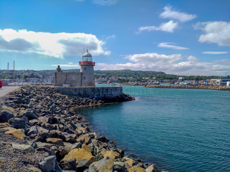 Howth港口老灯塔和海洋,都伯林爱尔兰在旅行之外的夏日 免版税库存图片