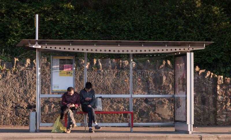 Howth,县芬戈郡,爱尔兰-等待公共汽车的人们 库存照片