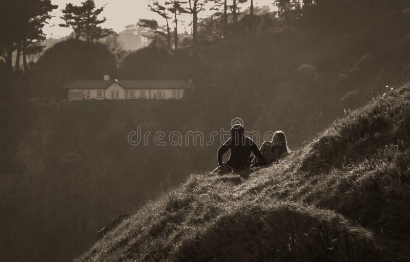Howth, Provincie Fingal, Ierland - Paar op een heuvel stock foto's