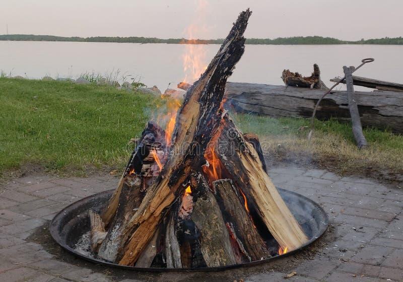 Hoyo del fuego en el lago imagen de archivo