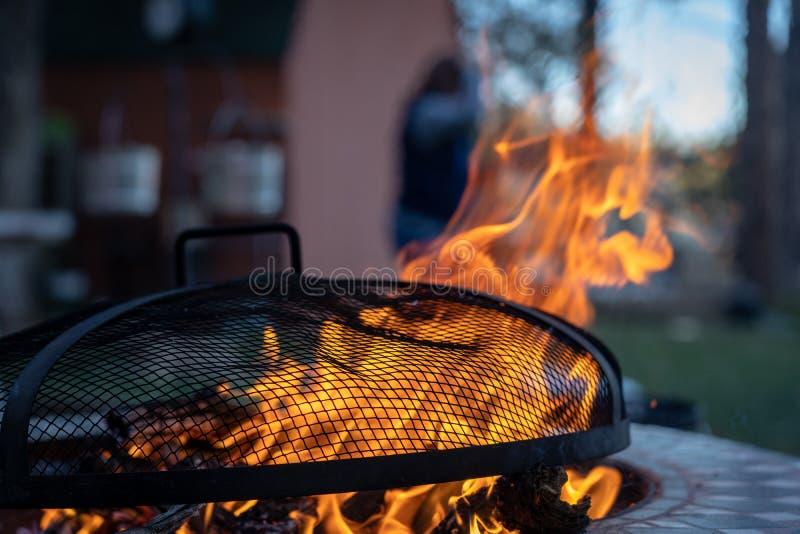 Hoyo del fuego del patio trasero con la rejilla imágenes de archivo libres de regalías