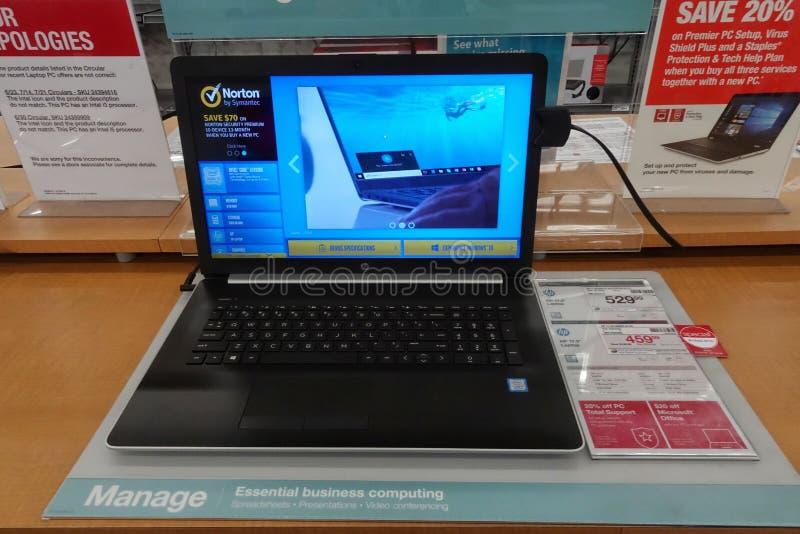HP komputer przy sklepem detalicznym zdjęcie royalty free