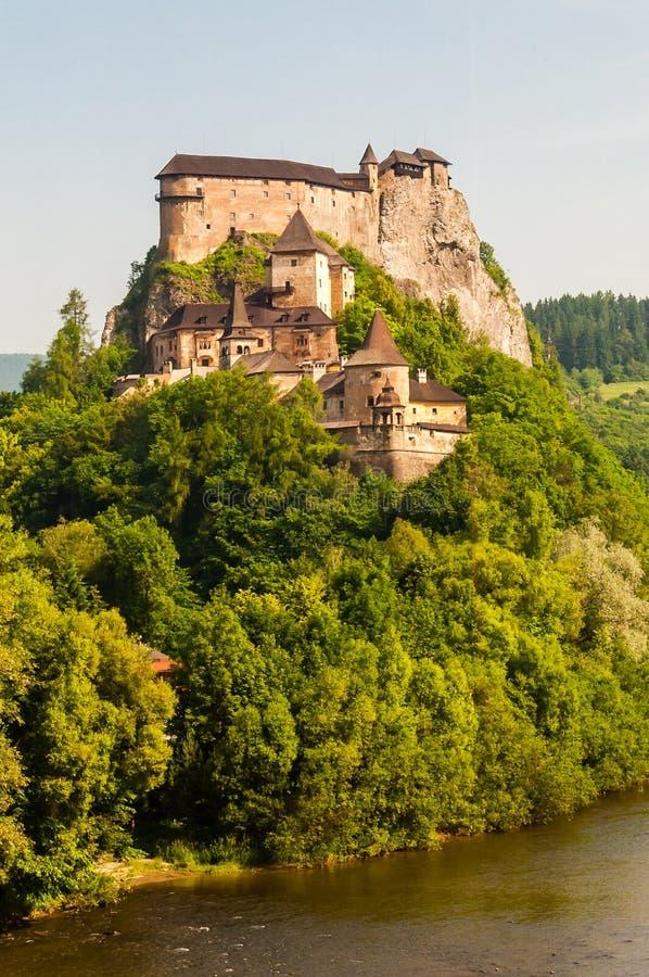 Hrad ½ замка или Oravskà Orava расположено на высокий утес над рекой Orava в деревне mok ¡ Podzà ½ OravskÃ, Словакии Оно стоковые изображения