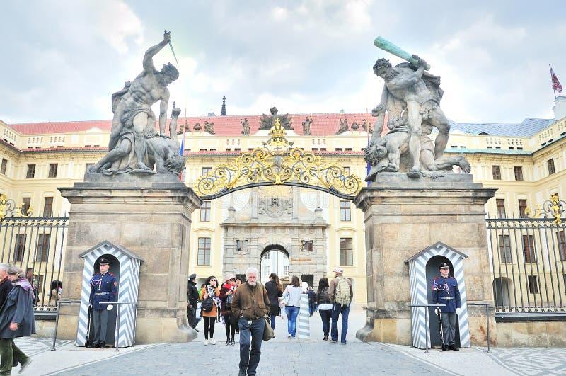 Hradcany入口门的作战的巨人在布拉格, Cz防御 免版税图库摄影