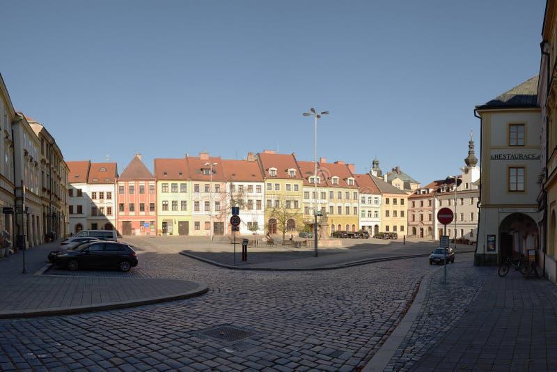 Hradec Kralove, repubblica Ceca - 17 novembre 2018: case ed automobili sul quadrato maschio di namesti nel ventinovesimo annivers fotografie stock