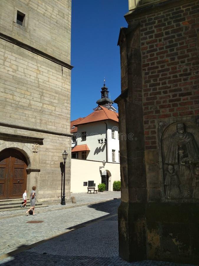 HRADEC-KRALOVE, TSJECHISCHE REPUBLIEK - 7 AUGUSTUS, 2018: Oude Stadsstraten en toeristen royalty-vrije stock afbeeldingen