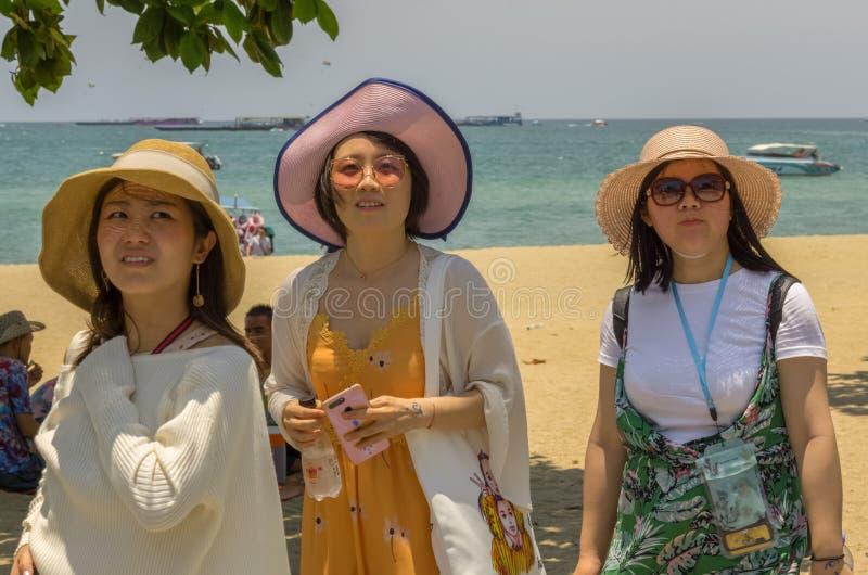 Hree kopplade av unga kinesiska kvinnor på stranden royaltyfria foton