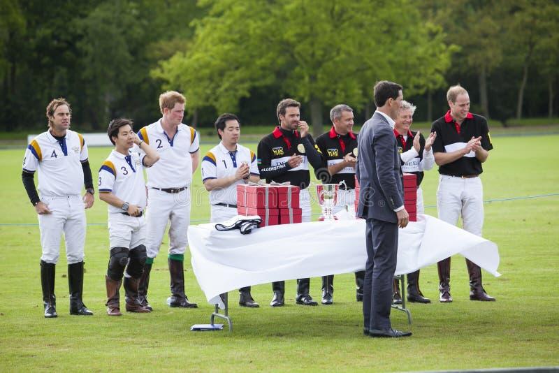HRH-prinsen William och HRH-prinsen Harry i uppslutning för polon matchar arkivfoto