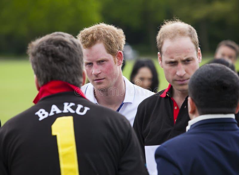 HRH Prinz William und HRH Prinz Harry konkurriert im Polomatch lizenzfreies stockbild
