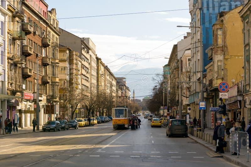 Hristo Botev boulevard och orange gammal spårvagn, Sofia, Bulgarien arkivbilder
