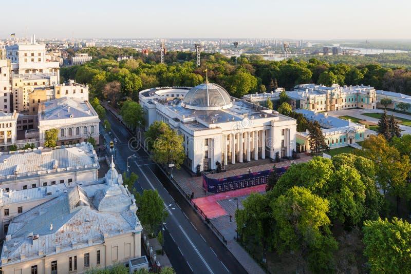Hrushevskyi gata med Verkhovna Rada byggnad arkivfoto