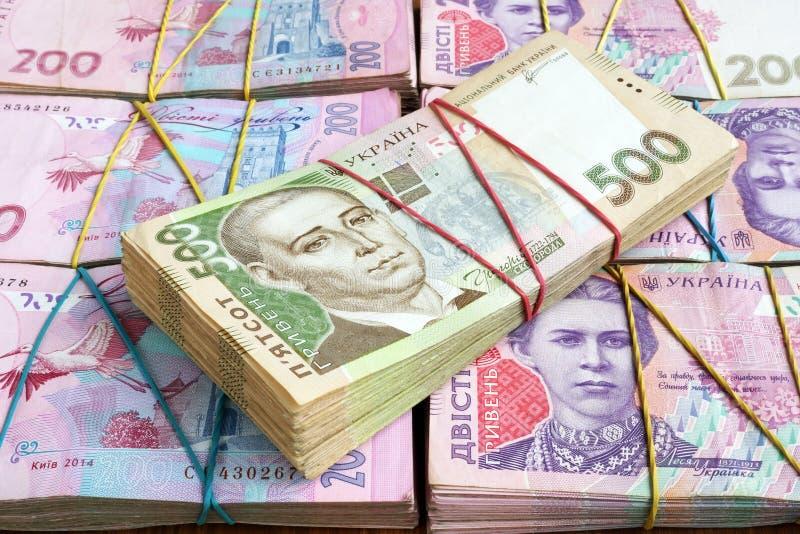 Σωροί των ουκρανικών τραπεζογραμματίων hryvnia Τα χρήματα της Ουκρανίας στοκ φωτογραφία
